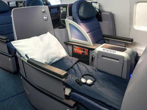 United Airlines premium service business lie flat bed