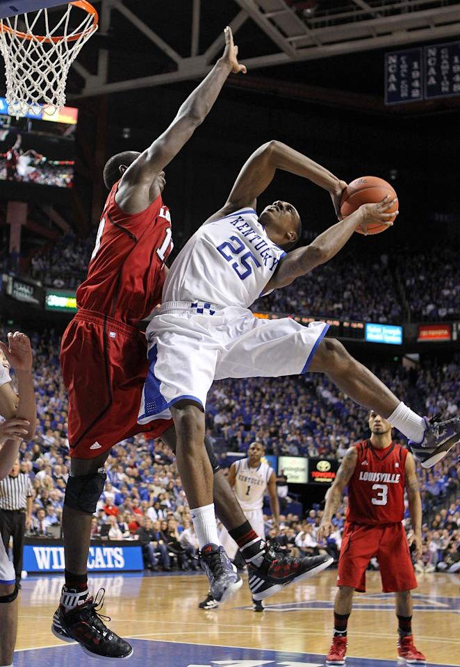 LEXINGTON, KY - DECEMBER 31: Marquis Teague #25 of the Kentucky Wildcats shoots the ball while defended by Gorgui Dieng #10 of  the  Louisville Cardinals during the game at Rupp Arena on December 31, 2011 in Lexington, Kentucky.  (Photo by Andy Lyons/Getty Images)
