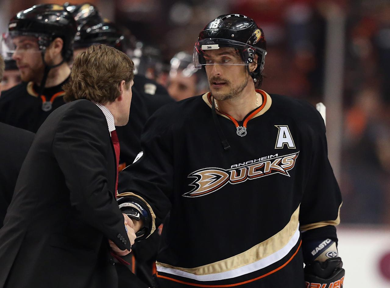 ANAHEIM, CA - MAY 12:  Teemu Selanne #8 of the Anaheim Ducks shakes hands with Detroit Red Wings head coach Mike Babcock following Game Seven of the Western Conference Quarterfinals during the 2013 NHL Stanley Cup Playoffs at Honda Center on May 12, 2013 in Anaheim, California. The Red Wings defeated the Ducks 3-2.  (Photo by Jeff Gross/Getty Images)