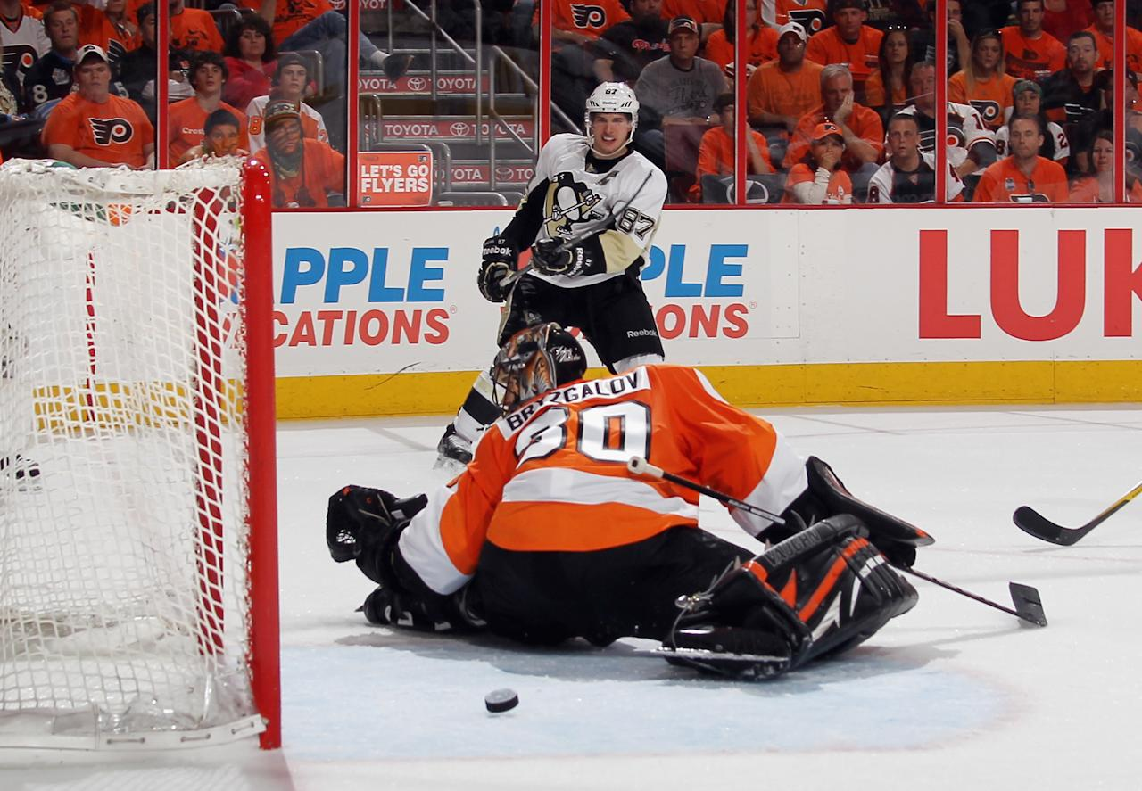 PHILADELPHIA, PA - APRIL 15: A third period shot by Sidney Crosby #87 of the Pittsburgh Penguins goes through Ilya Bryzgalov #30 of the Philadelphia Flyers but wide of the net in Game Three of the Eastern Conference Quarterfinals during the 2012 NHL Stanley Cup Playoffs at Wells Fargo Center on April 15, 2012 in Philadelphia, Pennsylvania. The Flyers defeated the Penguins 8-4. (Photo by Bruce Bennett/Getty Images)
