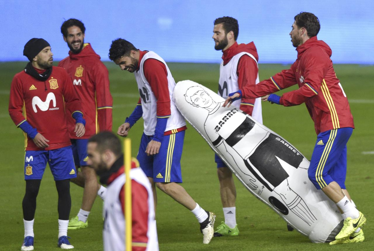 "Football Soccer - Spain training session - World Cup 2018 Qualifiers - El Molinon stadium, Gijon, Spain, 23/03/17 (L-R) Spain's Jordi Alba, Franscisco ""Isco"" Alarcon, Diego Costa, Nacho Fernandez and Sergio Ramos attend training session. REUTERS/Eloy Alonso"