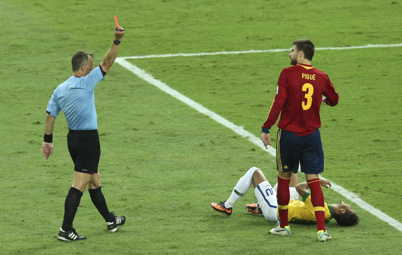 Spain's Gerard Pique, second right, is sent off the field by referee Bjorn Kuipers from the Netherlands after fouling Brazil's Neymar, right, during the soccer Confederations Cup final between Brazil and Spain at the Maracana stadium in Rio de Janeiro, Brazil, Sunday, June 30, 2013. (AP Photo/Eugene Hoshiko)
