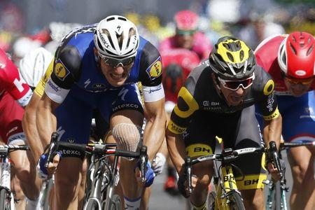 Cycling - Tour de France cycling race - The 237.5 km (147.5 miles) Stage 4 from Saumur to Limoges, France - 05/07/2016 - Etixx-Quickstep rider Marcel Kittel of Germany (L) wins on finish line.   REUTERS/Jean-Paul Pelissier