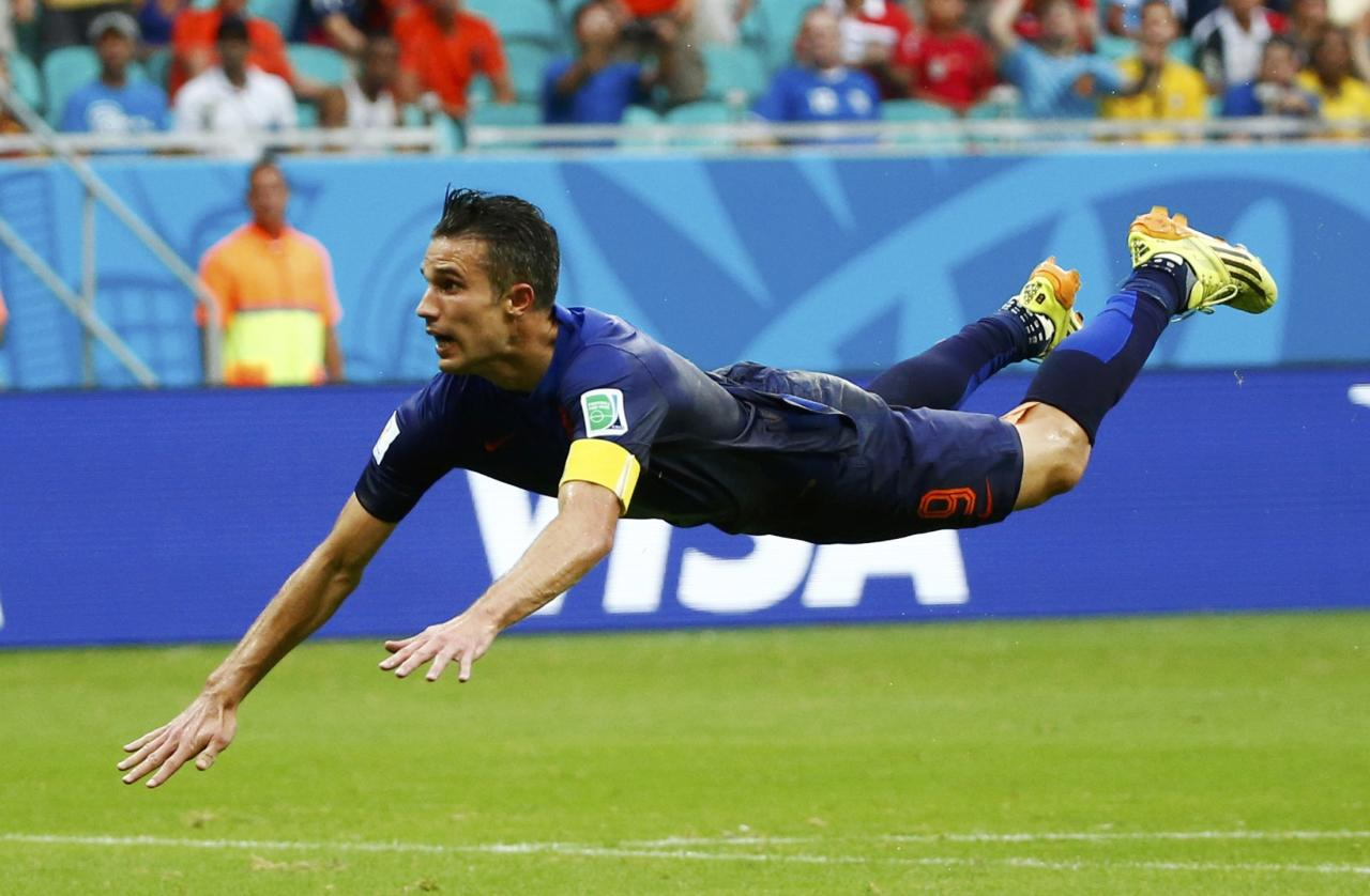 Robin van Persie of the Netherlands heads to score against Spain during their 2014 World Cup Group B soccer match at the Fonte Nova arena in Salvador June 13, 2014. REUTERS/Michael Dalder (BRAZIL - Tags: SOCCER SPORT WORLD CUP)