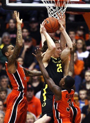 Oregon holds off Oregon State for 74-73 win
