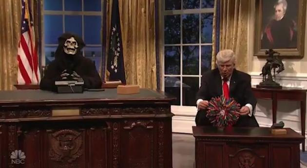 Alec Baldwin Revives His Trump, With 'SNL' Cast As World ...