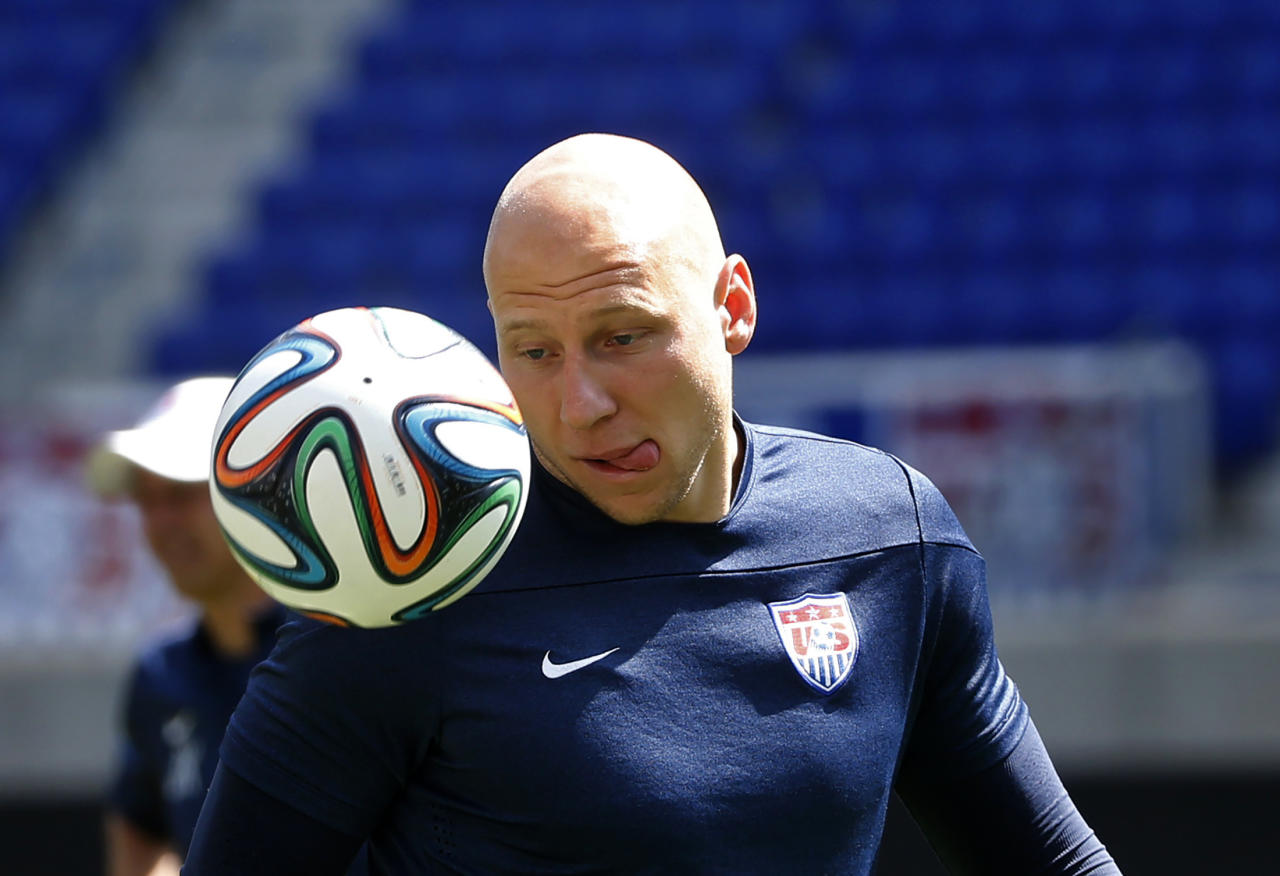 Goalkeeper Brad Guzan of the U.S. men's national soccer team practices during a team training session in Harrison, New Jersey, May 30, 2014. REUTERS/Mike Segar (UNITED STATES - Tags: SPORT SOCCER WORLD CUP)