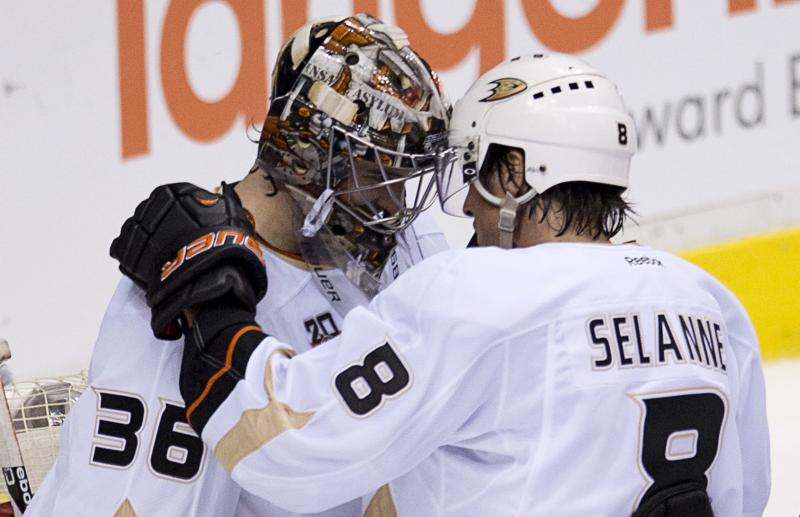 Ducks G Hiller dismayed by pre-playoff benching