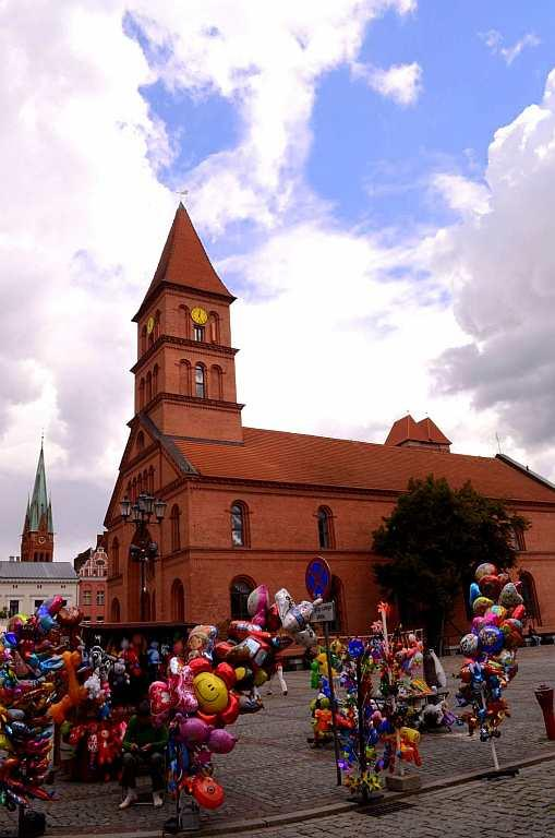 <p>Torun's Old Town, a World Heritage Site, is steeped in a world of knights and armour. Located on a little ford by the Vistula near Gdansk, it tells the story of an Old Gothic Town that has survived many a war, including World War II.</p>