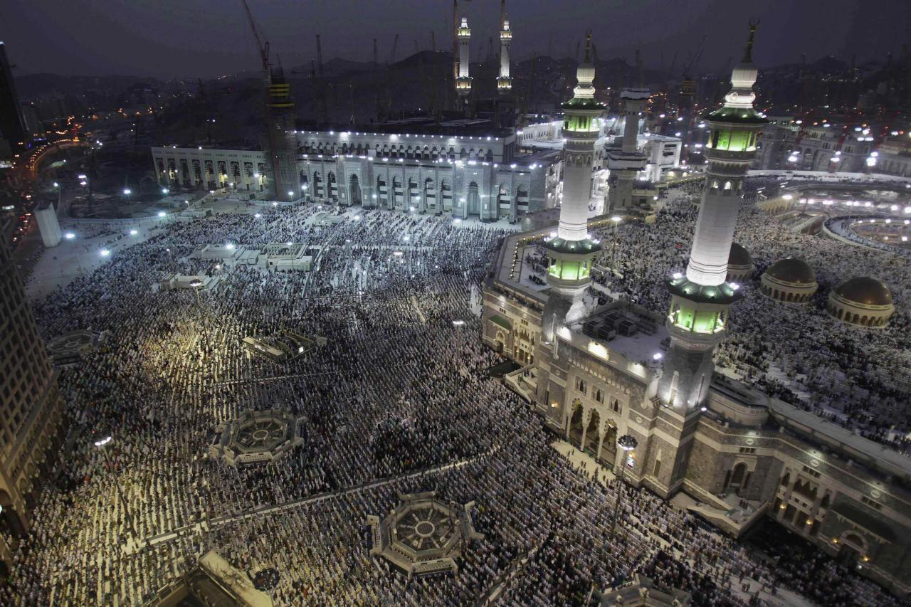 Muslim pilgrims pray at the Grand mosque in the holy city of Mecca, ahead of the annual haj pilgrimage October 10, 2013. REUTERS/Ibraheem Abu Mustafa (SAUDI ARABIA - Tags: RELIGION TPX IMAGES OF THE DAY)