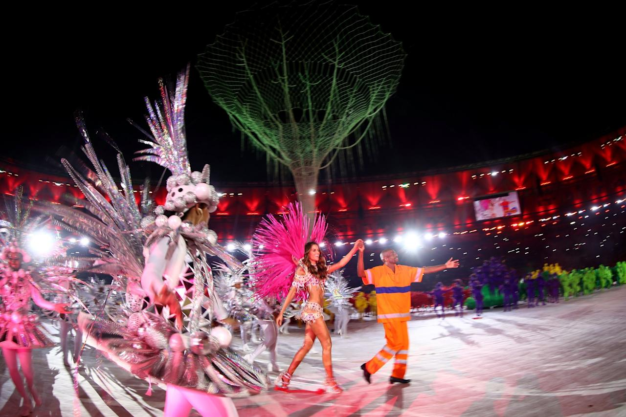 <p>Model Izabel Goulart and Renato Sorriso lead dancers on stage during the Closing Ceremony on Day 16 of the Rio 2016 Olympic Games at Maracana Stadium on August 21, 2016 in Rio de Janeiro, Brazil. (Photo by Ezra Shaw/Getty Images) </p>