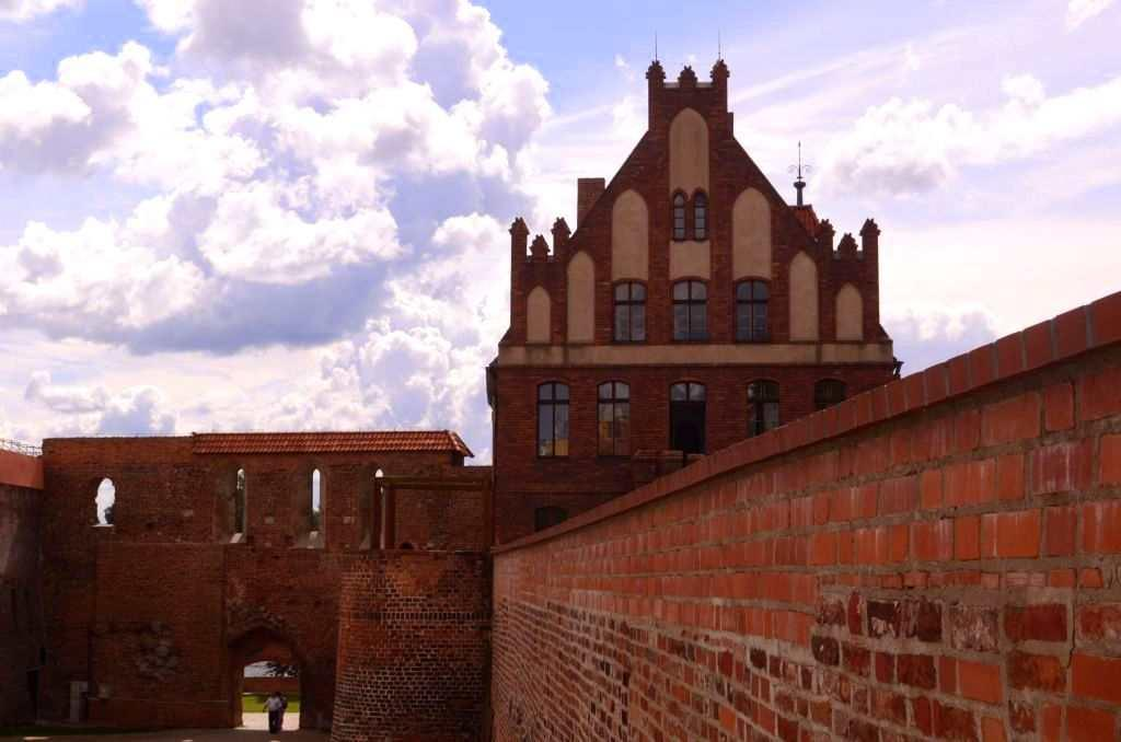 <p>The fortress, the gates to the city, the medieval walls, the town hall and the Gothic churches, the Baroque granaries, the ancient houses – all take you to a world of legends.</p>