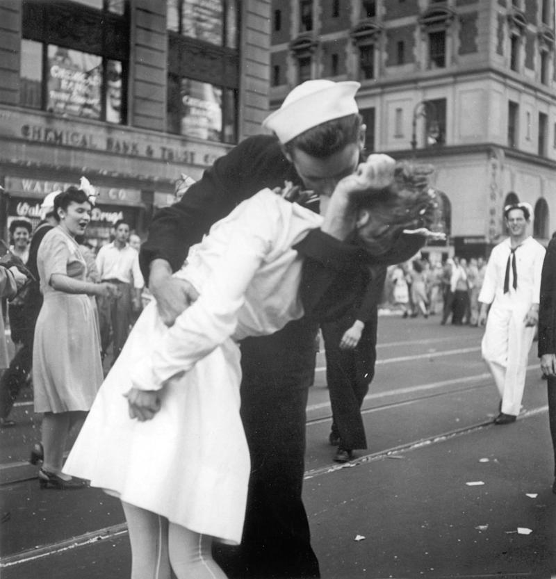 Nurse in Alfred Eisenstaedts Iconic V-J Day Photo Dies age 92