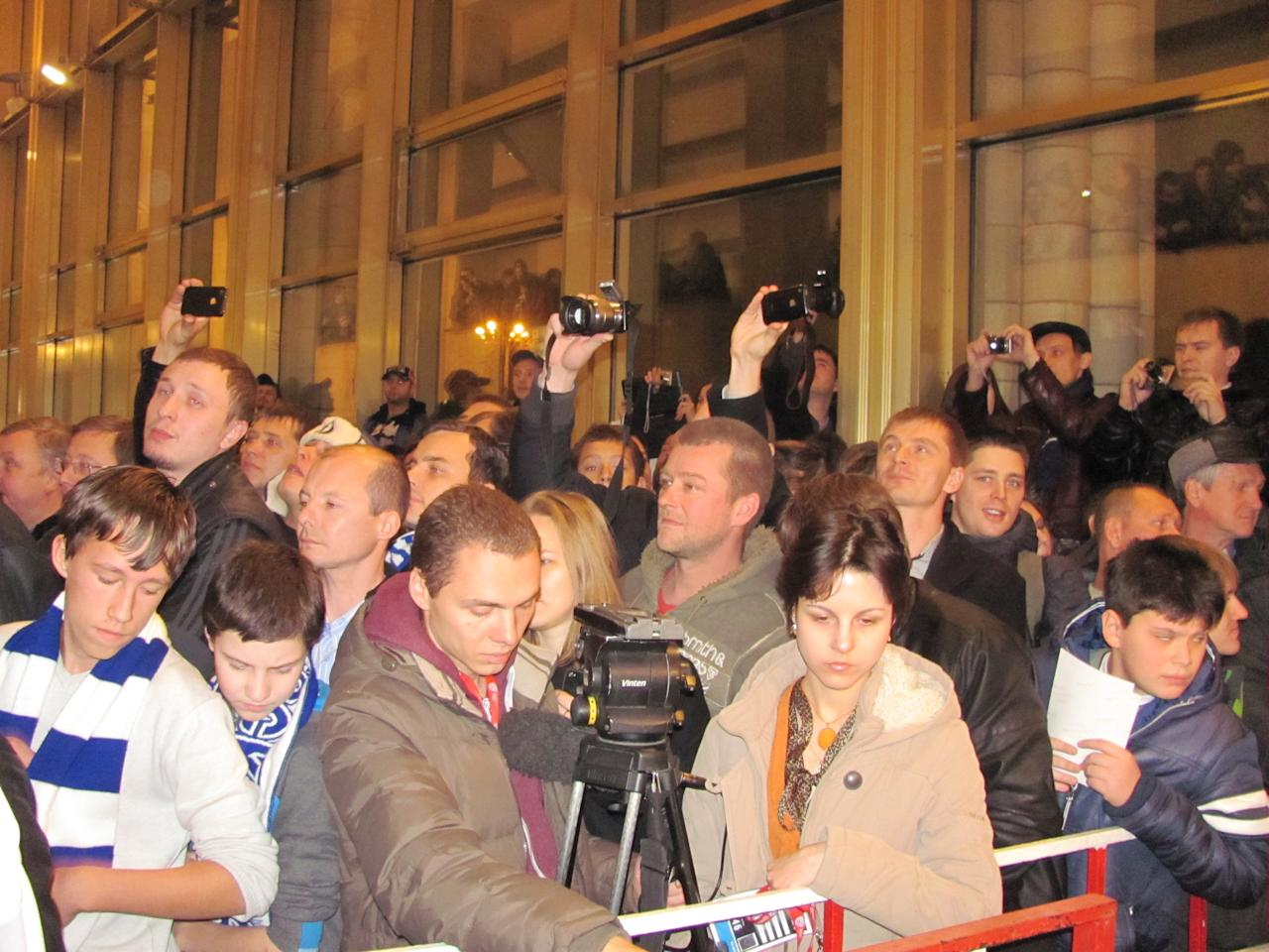 Fans waiting to meet Alex Ovechkin. (#NickInEurope)