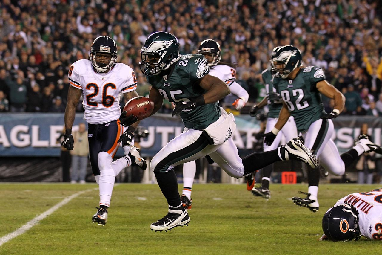 PHILADELPHIA, PA - NOVEMBER 07:  LeSean McCoy #25 of the Philadelphia Eagles evades Charles Tillman #33 and Tim Jennings #26 of the Chicago Bears to run 33 yards and score a touchdown during the third quarter of the game at Lincoln Financial Field on November 7, 2011 in Philadelphia, Pennsylvania.  (Photo by Nick Laham/Getty Images)