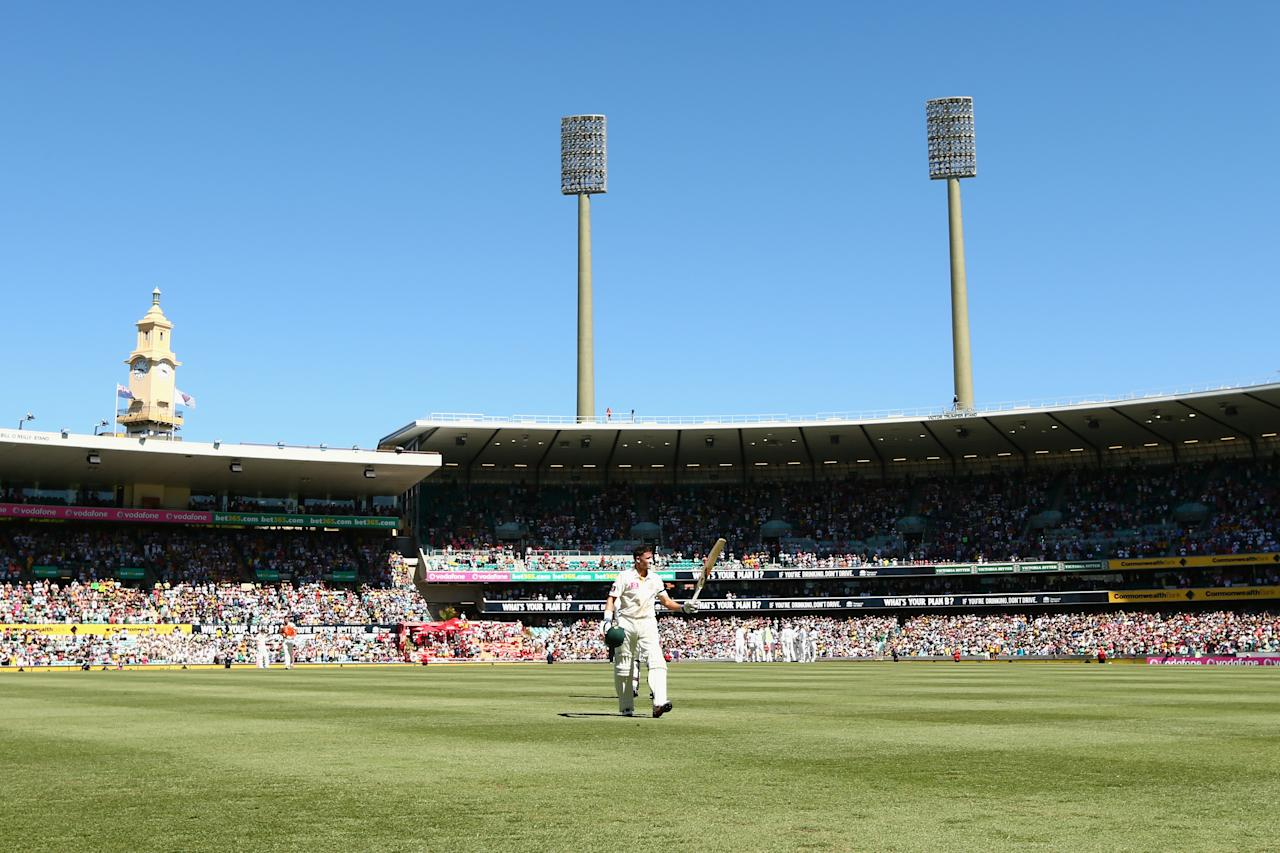 SYDNEY, AUSTRALIA - JANUARY 04:  Michael Hussey of Australia acknowledges the crowd  as he leaves the field after being run out during day two of the Third Test match between Australia and Sri Lanka at Sydney Cricket Ground on January 4, 2013 in Sydney, Australia.  (Photo by Mark Kolbe/Getty Images)