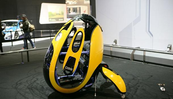 According to tech site Nikkei Tech-On, who witnessed a demonstration in Seoul, the E4U stands on semispherical balls.