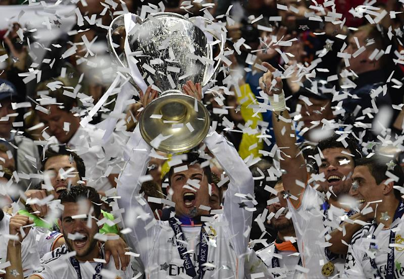 Real Madrid's Portuguese forward Cristiano Ronaldo (C) and teammates celebrate with the trophy at the end of the UEFA Champions League Final Real Madrid vs Atletico de Madrid at Luz stadium in Lisbon, on May 24, 2014