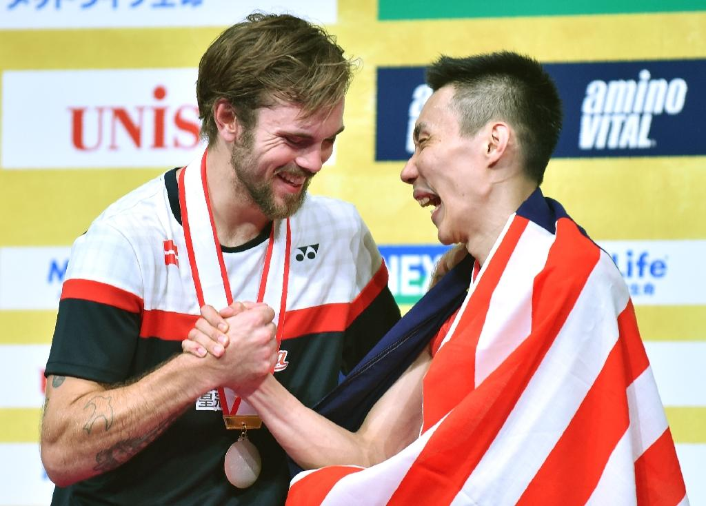Lee Chong Wei of Malaysia (R) and runner-up Jan O Jorgensen of Denmark shake hands during the awards ceremony after the Japan Open badminton final in Tokyo on September 25, 2016 (AFP Photo/Kazuhiro Nogi)