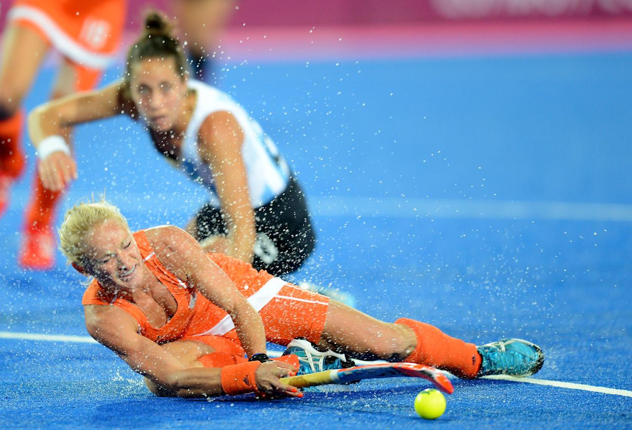 LONDON, ENGLAND - AUGUST 10:  Maartje Goderie #11 of Netherlands is fouled by Silvina D'Elia #25 of Argentina during the Women's Hockey gold medal match on Day 14 of the London 2012 Olympic Games at Hockey Centre on August 10, 2012 in London, England.  (Photo by Mike Hewitt/Getty Images)