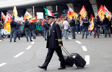 Alitalia workers reject rescue plan, pressuring Rome to step in