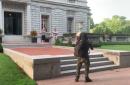 EEUU: una pareja apuntó con rifle y pistola a los manifestantes pacíficos que pasaban por su casa
