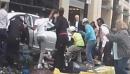 Des passants tentent de soulever une voiture pour sauver deux personnes écrasées (Vidéo)